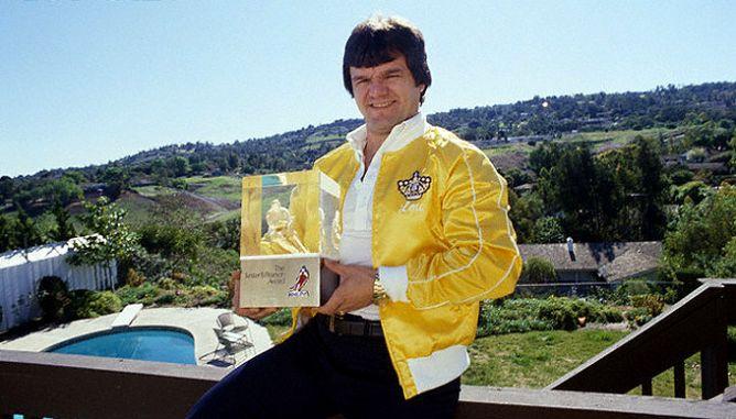 """Форвард """"Лос-Анжелеса"""" Марсель Дионн с призом лучшему игроку сезона по мнению хоккеистов - """"Лестер Пирсон Авард""""."""