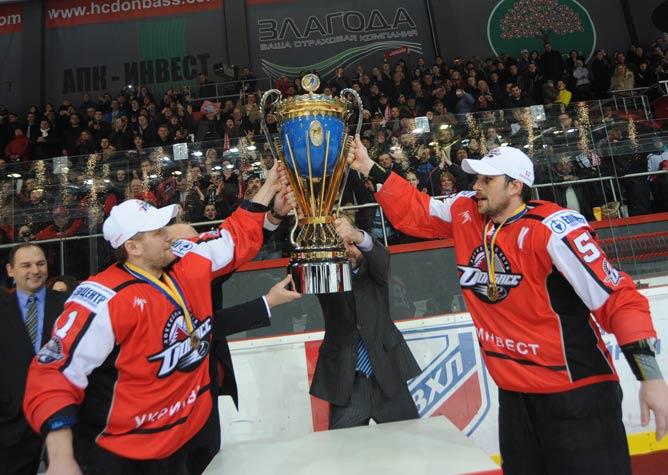 Кубок в руках чемпионов ПХЛ