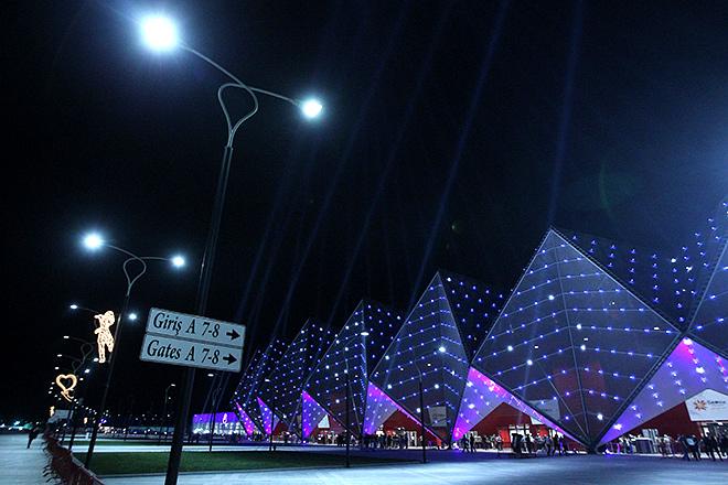 Вид на комплекс Baku Crystal Hall перед началом финала музыкального конкурса «Евровидение — 2012»