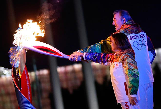 Вместе с Ириной Родниной Третьяк зажёг Олимпийский огонь в Сочи