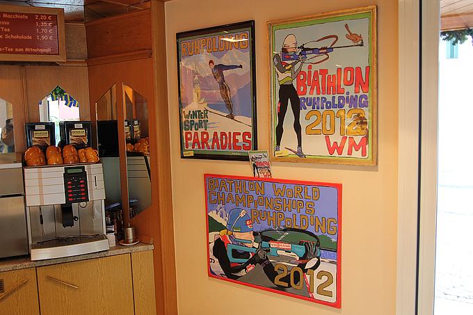 Почти каждое кафе напоминает о биатлоне и лыжном спорте