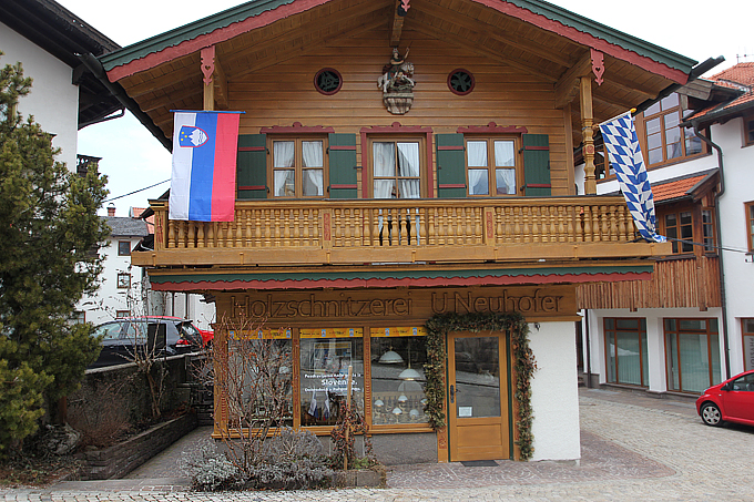 Тихий и спокойный словенский дом вечером стал центром всеобщего веселья