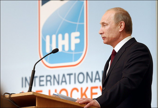 Российский премьер-министр на трибуне конгресса ИИХФ.