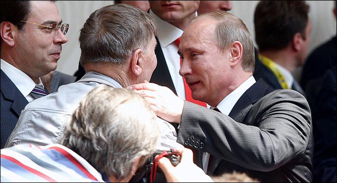 В кулуарах конгресса ИИХФ. Владимир Путин и Виктор Тихонов.