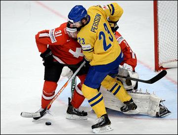 Никлас Перссон борется у ворот сборной Швейцарии