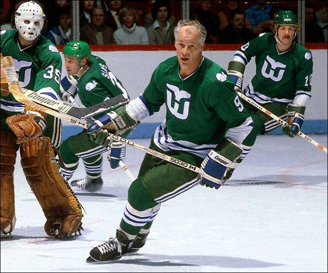 """Фрагменты сезона. Вернувшись из ВХА в НХЛ и приведя с собой """"Хардфорд"""" с двумя сыновьями 51-летний Горди Хоу продолжал забивать."""