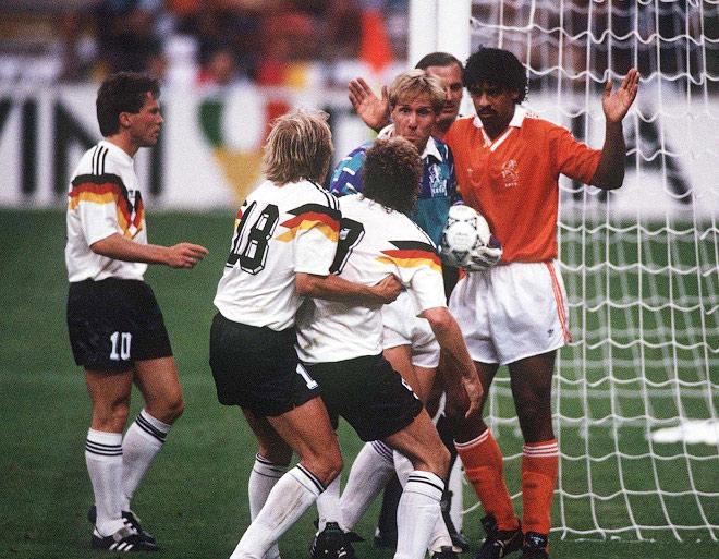 Чемпионат мира 1990 года. Франк Райкард плюёт в Руди Фёллера