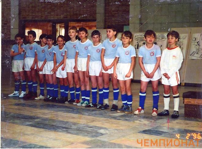 Роман Шишкин — крайний справа (в белом)