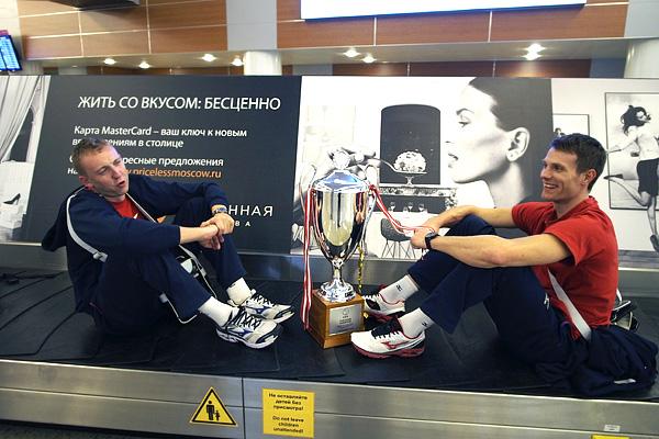 Алексей Спиридонов и Евгений Сивожелез с кубком за победу на чемпионате Европы