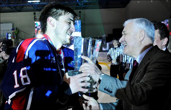 Владимир Владимирович Юрзинов вручает Кубок поколений команде Запада