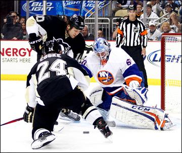 "1 мая 2013 года. Питтсбург. Плей-офф НХЛ. 1/8 финала. Матч № 1. ""Питтсбург"" — ""Айлендерс"" — 5:0. Бренден Морроу и Мэтт Кук атакуют ворота гостей"
