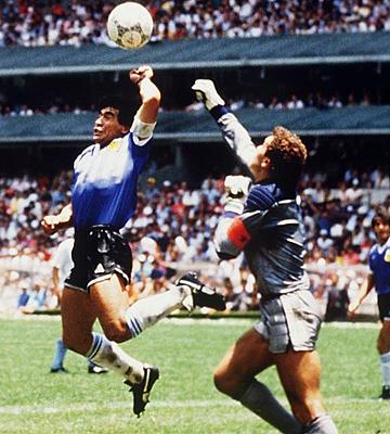 """""""Рука Бога"""" помогает Марадоне забить мяч в ворота Питера Шилтона на ЧМ-1986"""