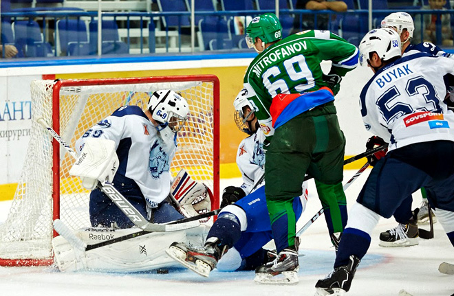 Алексей Митрофанов атакует ворота Михаила Карнаухова