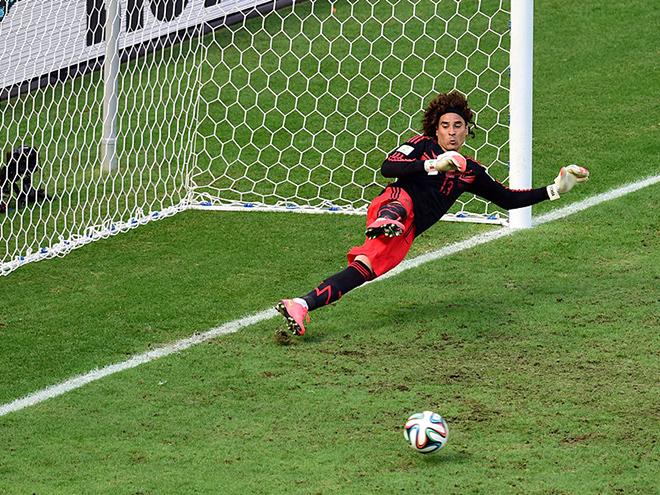 Гильермо Очоа не смог отразить пенальти в конце матча с Нидерландами