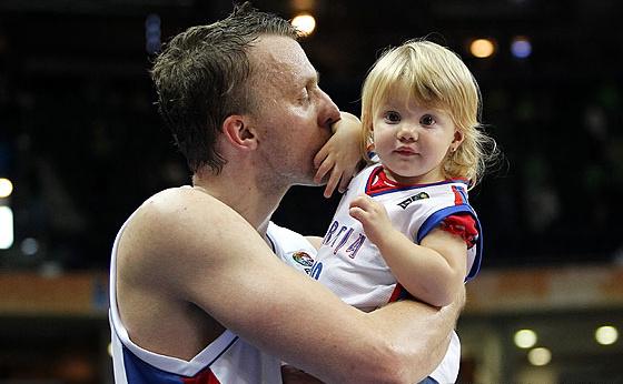 Душко Саванович с дочкой после победы над Турцией