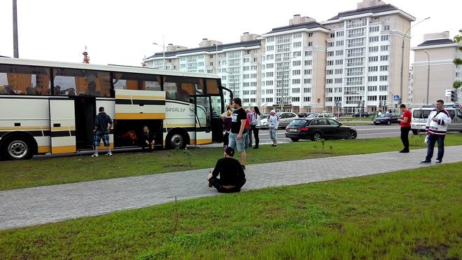 Убитые горем латвийские болельщики