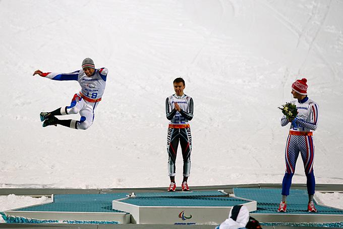 Серебряный призёр Паралимпиады в горнолыжном спорте Винсент Готье-Мануэль из Франции демонстрирует замысловатый пирует прямо на подиуме