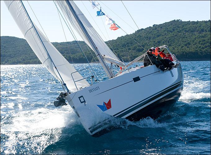 Ветер оказался не таким сильным, как ожидалось, но и он мог положить яхту на борт