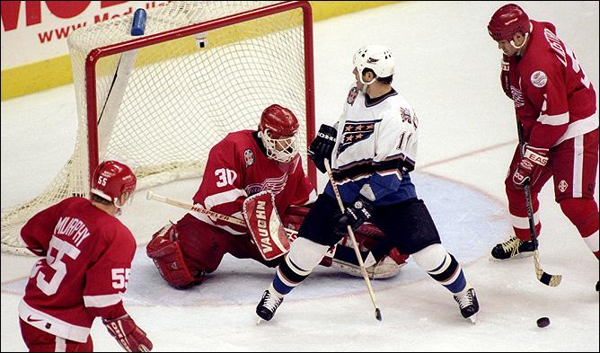 """16 июня 1998 года. Финал. """"Вашингтон"""" — """"Детройт"""". В игре Крис Осгуд."""