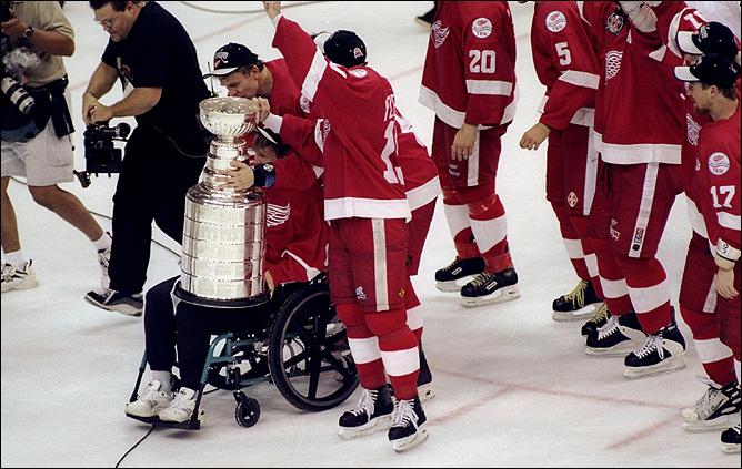 """Первым, кому капитан """"Детройта"""" Стив Айзерман передал Кубок Стэнли, был Владимир Константинов."""