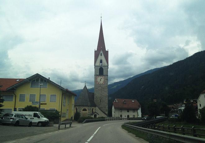 Типовой городок в Доломитовых Альпах