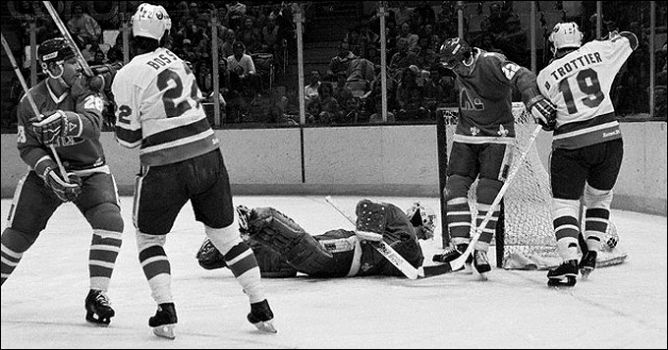 """Фрагменты сезона. 1981 год. """"Нью-Йорк Айлендерс"""" - """"Квебек Нордикс"""". В игре легендарная пара форвардов Майк Босси и Брайан Троттье."""
