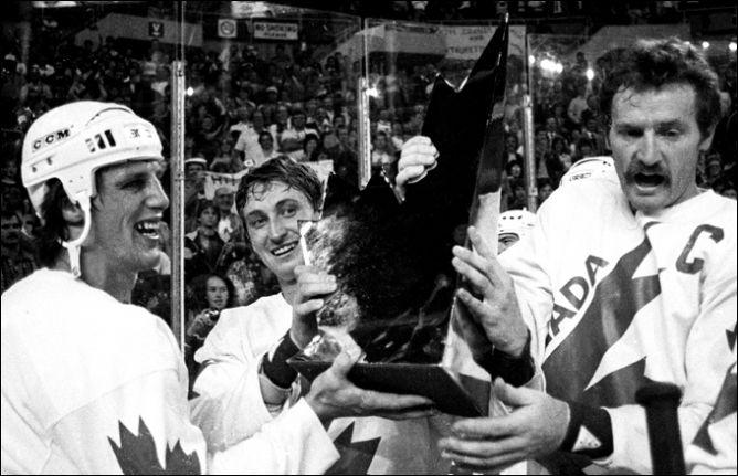 18 сентября 1984 года. Майк Босси, Уэйн Гретцки и Ларри Робинсон с Кубком Канады.