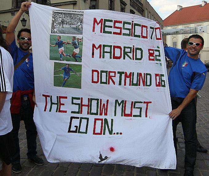 """Болельщики в синих футболках разворачивают баннер, на котором перечислены самые знаковые победы итальянцев над """"бундестим"""""""