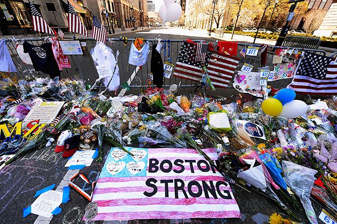 Цветы на месте терактов во время бостонского марафона в 2013 году