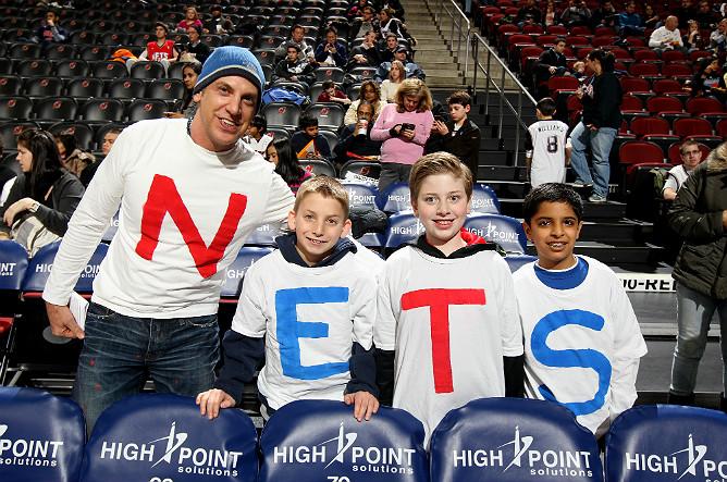 """Семья болельщика """"Нью-Джерси"""" перед матчем с """"Шарлотт"""" в Prudential Center."""