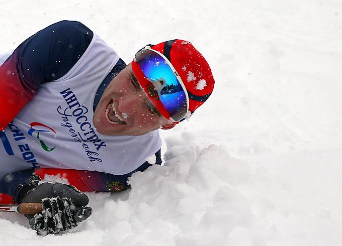 Российский лыжник Кирилл Михайлов не может сдержать эмоций после успешного выступления в спринте