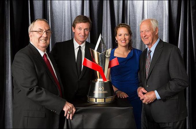 Гордон Ренвик (крайний слева) при награждении Орденом хоккея Канады