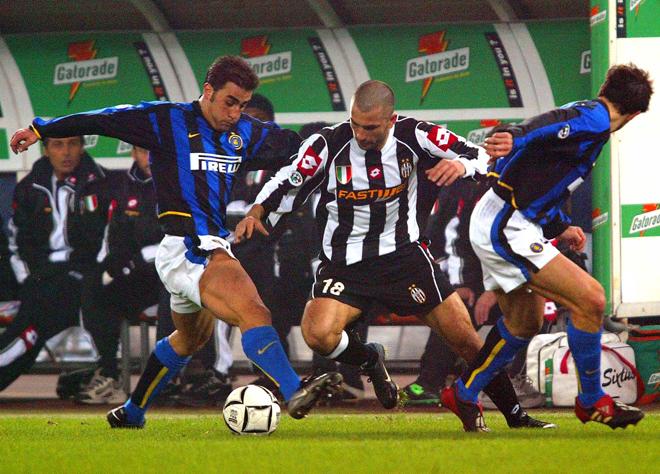Фабио Каннаваро и Хавьер Санетти пытаются отобрать мяч у Марко Ди Вайо