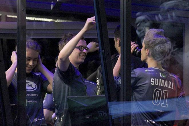 Evil Geniuses после матча с EHOME, где они совершили первый в истории турнира The International камбэк против «мегакрипов»