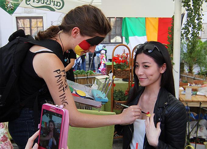 Девушки наносят цвета немецкого флага не как принято, на щёки, а на более привлекательную часть тела, дабы никто не остался равнодушен к их симпатиям