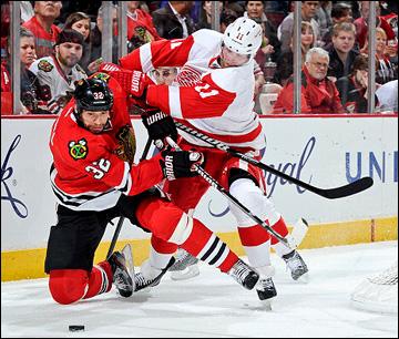 """16 мая 2013 года. Чикаго. Плей-офф НХЛ. 1/4 финала. Матч № 1. """"Чикаго"""" — """"Детройт"""" — 4:1. Даниэль Клири атакует """"индейца"""" Михала Розсивала"""