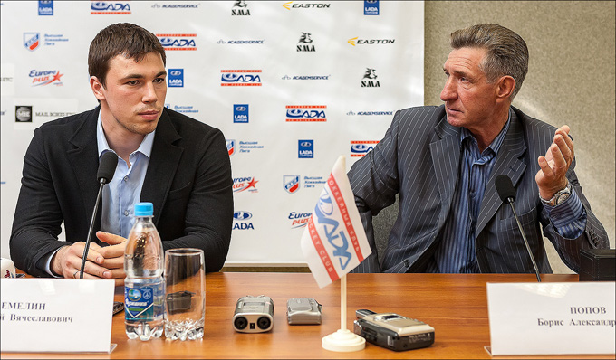 Алексей Емелин (слева)