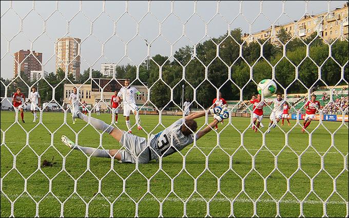 Олег Гусев поражает ворота Сергея Песьякова с одиннадцатиметровой отметки