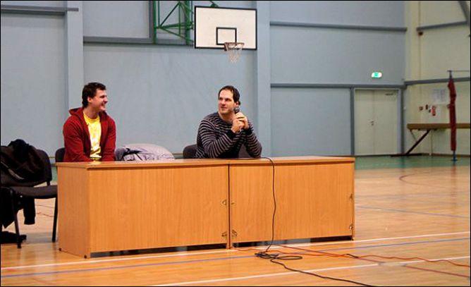 Рижские динамовцы Гирт Анкипанс и Екаб Редлихс на встрече с учениками школы № 34 г. Риги.