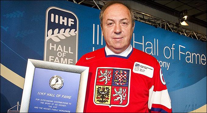 Милан Новы на церемонии введения в Зал славы ИИХФ, 2012 год