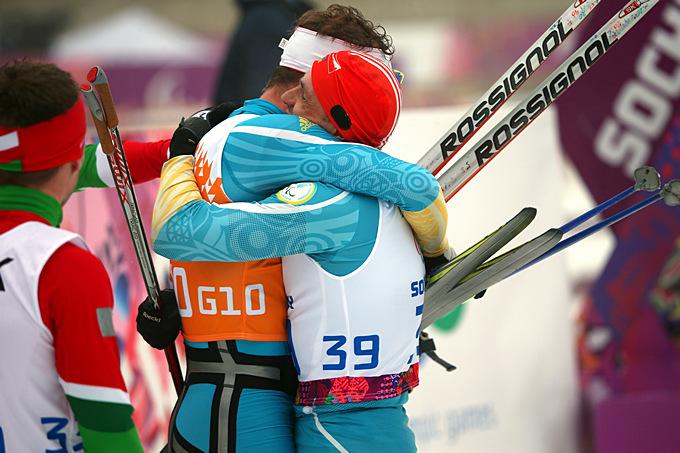 Победные объятия Виталия Лукьяненко и Бориса Бабара, только что выигравших биатлонную гонку на 12,5 километров для слабовидящих