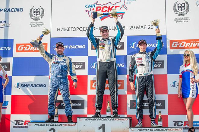 (слева направо) Роман Агошков, Глеб Кузнецов и Иван Костюков на подииуме субботней гонки