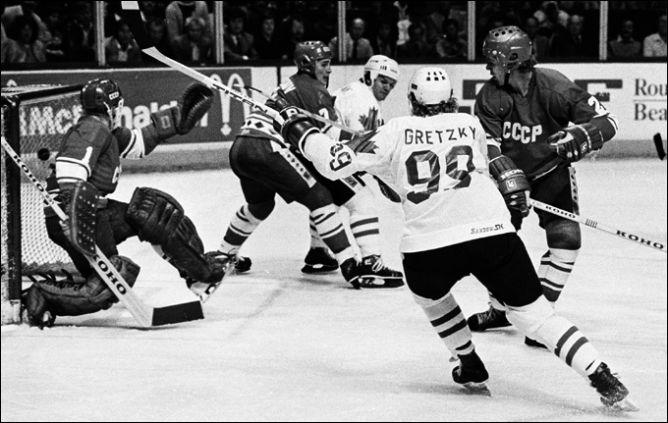 9 сентября 1981 года. Кубок Канады. Групповой раунд. Канада - СССР - 7:3. Уэйн Гретцки и Марсель Дионн пробивают Владимира Мышкина.