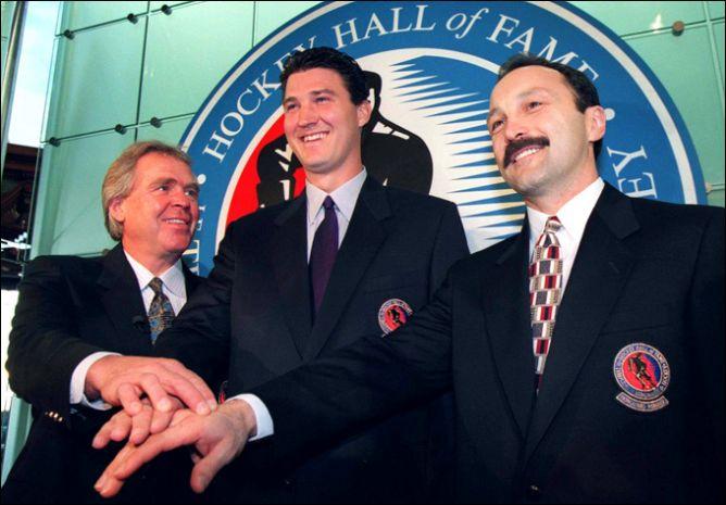 17 ноября 1997 года. Торонто. Слева направо: Глен Сатер, Марио Лемье и Брайан Троттье на церемонии введения в Зал хоккейной славы.