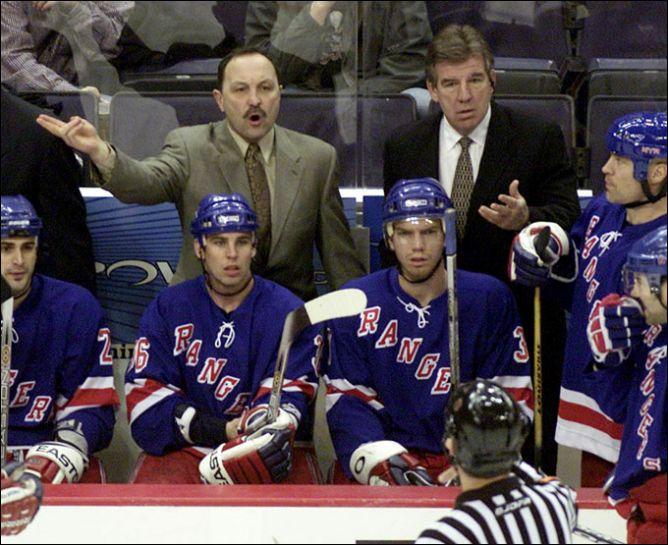 """26 января 2003 года. Брайан Троттье на тренерском мостике """"Нью-Йорк Рейнджерс""""."""