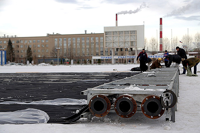 Нижний Тагил. Укладка ледового оборудования на стадионе «Спутник»