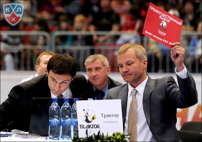 """Драфт КХЛ-2012. Штаб """"Трактора"""". Владимир Кречин (справа)"""