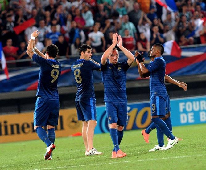 Фринк Рибери (в центре) помог французам сравнять счёт в матче с Исландией