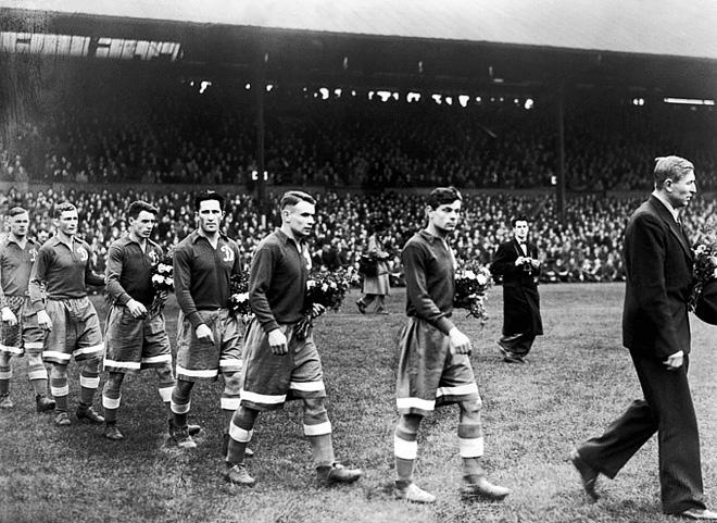 К удивлению англичан, динамовцы вышли на матч с «Челси» с букетами цветов.