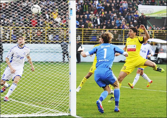 Мяч чудом не оказался в воротах Антона Шунина